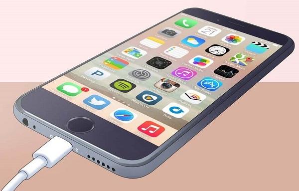 روش اول حل مشکل هنگ کردن گوشی iPhone؛ گوشی آیفون خود را به شارژر متصل کنید